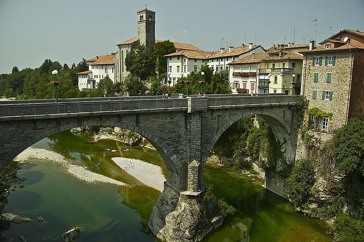 Veduta della città di Cividale e il ponte del Diavolo