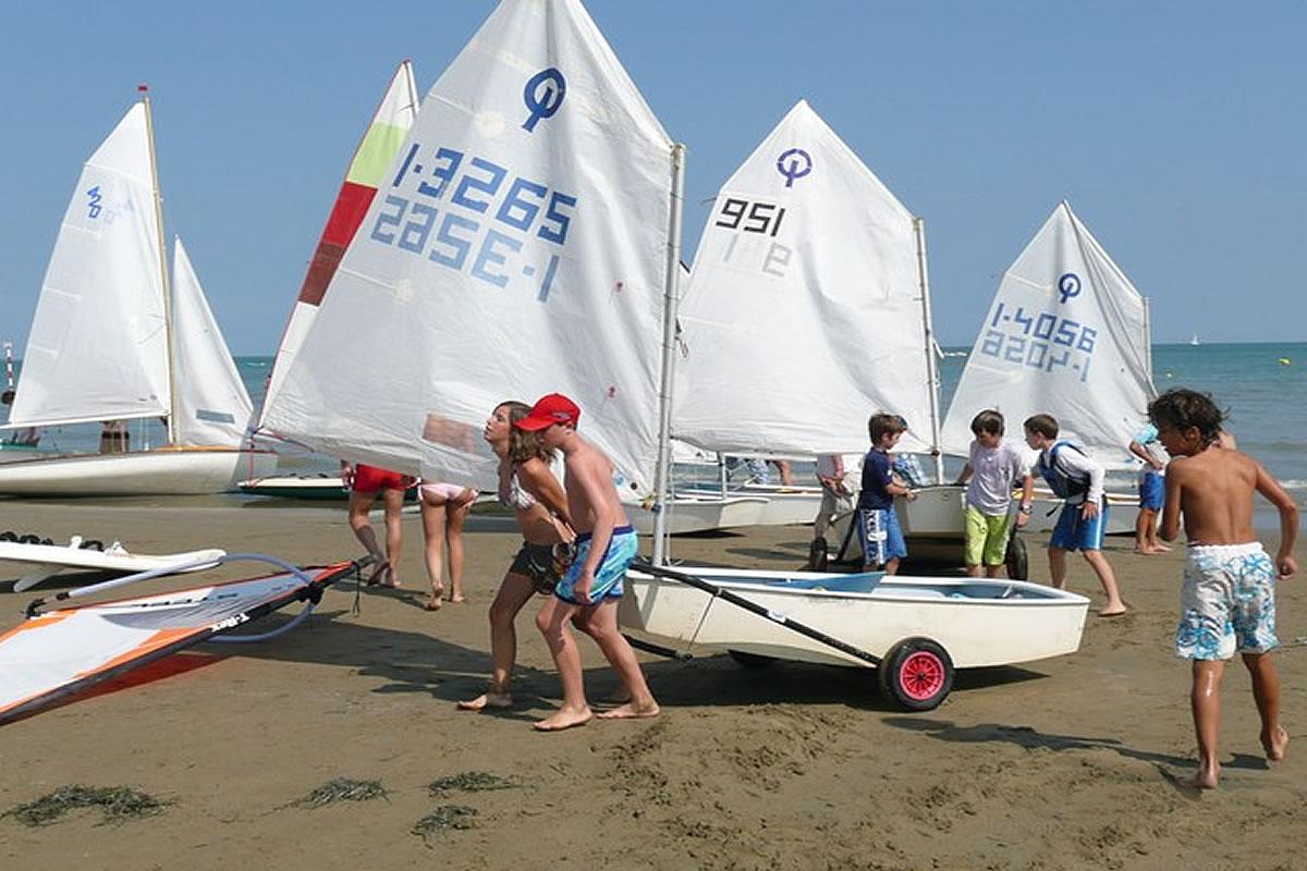 Scuola vela in spiaggia a Lignano