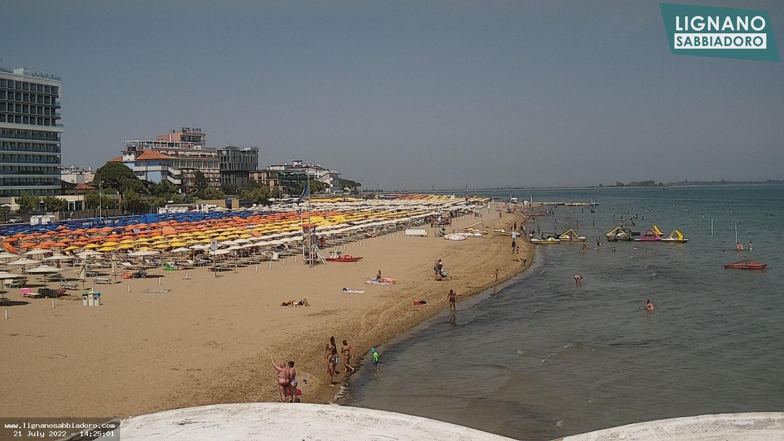 Webcam in Lignano Sabbiadoro, panoramic view onto the VIP gazebos on the beach